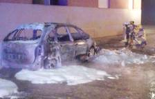 Un incendi calcina un vehicle estacionat a Linyola
