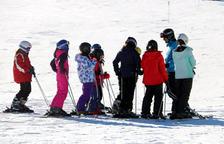 Una classe d'esquí amb un grup escolar a Port del Comte.