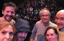 Sesión escolar  -  Los cinco actores de la compañía, arropados por el escritor Pep Coll, ayer por la mañana en el Teatre de l'Escorxador, donde ofrecieron un pase de Terra de voltors ante alumnos de instituto, a la espera del estreno el próx ...