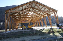 Terminan la cubierta de madera de la pista deportiva de Rialp
