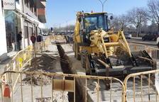 Obres de millora a una vorera a l'avinguda del Segre de Lleida