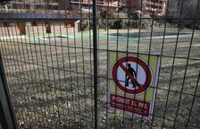 La piscina propiedad del ayuntamiento en la urbanización de Estanys de Pallars, cerrada con una valla.