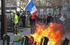 Macron, evacuat d'un teatre per l'esbroncada d'uns manifestants