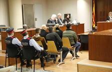 Los tres condenados (primera fila) y los otros dos acusados (segunda fila), ayer en la Audiencia.