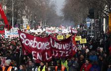 Las protestas no impiden que Macron apruebe la reforma de las pensiones