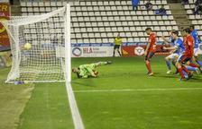 El Lleida regala el primer temps i evita la derrota amb un gol d'Adri León