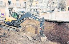 Una fuga de agua en Fraga revela una antigua balsa bajo una plaza
