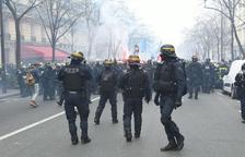 Batalla campal entre los bomberos y la Policía en París