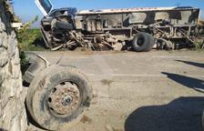 VÍDEO | Un camió xoca contra una arqueta de reg a Gimenells i el Pla de la Font