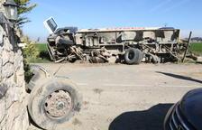 Fuga de gasóleo en un camión en Pla de la Font