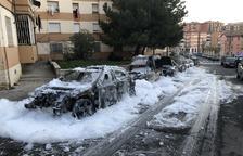 Un fuego calcina un vehículo y causa daños en otros dos en la carretera de Lleida en Albatàrrec