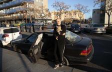 Dormint al cotxe després de ser desallotjat del carrer Major de Lleida