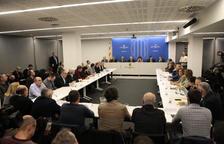 Imatge de la reunió d'ahir a Lleida de Torra i Jordà amb alcaldes i representants del sector fructícola.