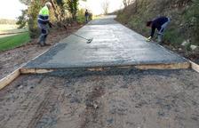Operaris asfalten un dels camins de Sant Guim de Freixenet.
