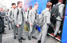 Jugadores del Barcelona suben al autobús ayer, durante el desplazamiento a Nápoles.