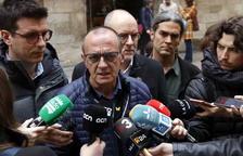 L'alcalde de Lleida, Miquel Pueyo, amb els mitjans de comunicació aquest dimarts a la plaça Paeria.