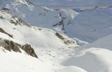 Aficionats a l'esquí de muntanya pujant un pendent senyalitzat a l'estació de Boí Taüll.