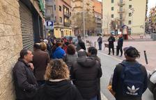 Colas en las puertas de un supermercado de Lleida, minutos antes de abrir las puertas