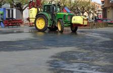 Treballs per desinfectar carrers d'Alcarràs