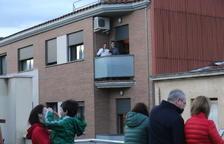 Aitona suporta el confinament cantant havaneres als balcons