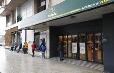 Compres per torns i cues als establiments oberts de Lleida