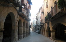 Vista de l'ajuntament de Juneda, al centre urbà.