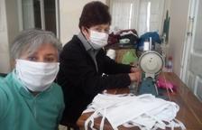 Veïns de pobles de Lleida confeccionen mascaretes a casa per recolzar el personal sanitari