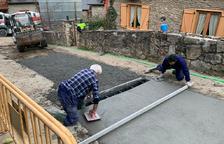 Bossòst repara la red de agua de una calle tras una avería