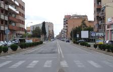 El carrer Ferrer i Busquets de Mollerussa, sense cotxes circulant.