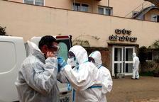 El Ejército desinfecta una residencia de La Pobla de Segur