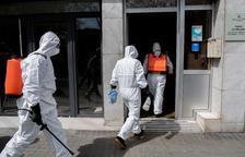 Tasques de desinfecció en una residència de padrins de Barcelona, ahir.