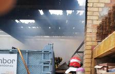 Fuego en una empresa de construcción en Flix