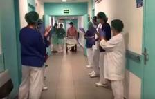 VÍDEO | Un paciente de 93 años de la Seu d'Urgell recibe el alta de Covid-19 entre aplausos de los sanitarios