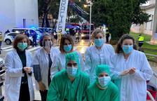 Els cossos de seguretat van homenatjar ahir els professionals de l'hospital Santa Maria.