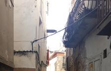 El carrer del Forn, precintat per les cases en ruïnes.