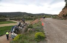 Muere un conductor al volcar su camión en un camino de Vinaixa