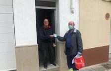 Bell-lloc reparteix màscares i dóna prioritat a la gent gran