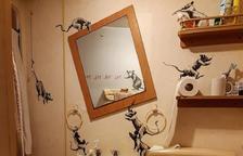 Banksy, confinado, firma una nueva obra en el baño de su propia casa