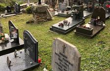 Vielha desbroza la hierba en pueblos y cementerios