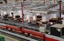La central de Fruits de Ponent en una imagen tomada ayer, con las mamparas y cortinas entre los trabajadores.
