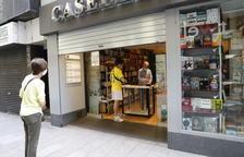 La llibreria Caselles de Lleida ahir, que va atendre els clients amb cita prèvia a la porta del comerç.