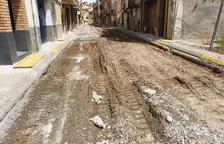 Aitona renova un tram del carrer Pare Palau