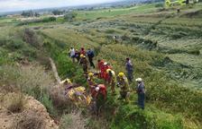 Grave una pareja al caer con un quad por un terraplén en Lleida
