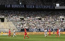 Els jugadors van estar 'acompanyats' per més de 13.000 cartolines a la grades.