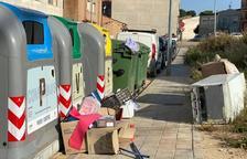 La Policía Local de Almacelles denuncia incivismo en las islas de contenedores