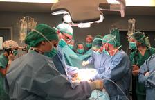 L'Equip de Trasplantaments de l'hospital Arnau de Vilanova de Lleida durant una intervenció.