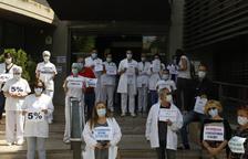 Uns 60 sanitaris reclamen millores laborals davant de l'Hospital Santa Maria de Lleida
