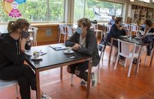 La majoria de bars i restaurants de Lleida ja serveixen a dins amb una bona afluència de clients