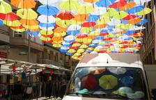Más de 300 paraguas dan color y sombra en Alfarràs