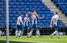 El Espanyol gana al Alavés, que jugó más de una hora con uno menos, y vuelve a mirar hacia la permanencia
